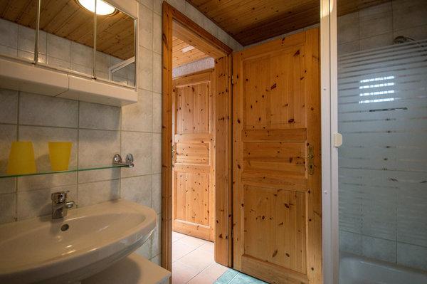 Blick aus dem Badezimmer in den Flur