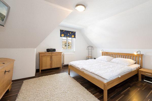 Das Schlafzimmer hat Doppelbett, Schrank ...