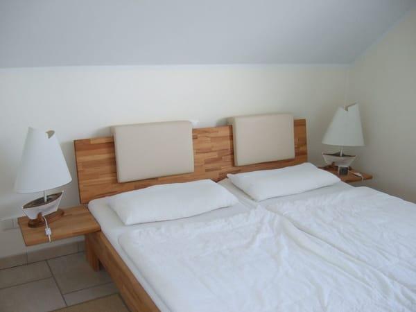 Das Schlafzimmer 1 mit großem Doppelbett