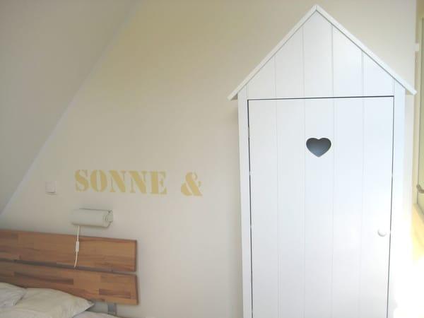 Schlafzimmer 2 mit zwei Einzelbetten und kleinem Kleiderschrank