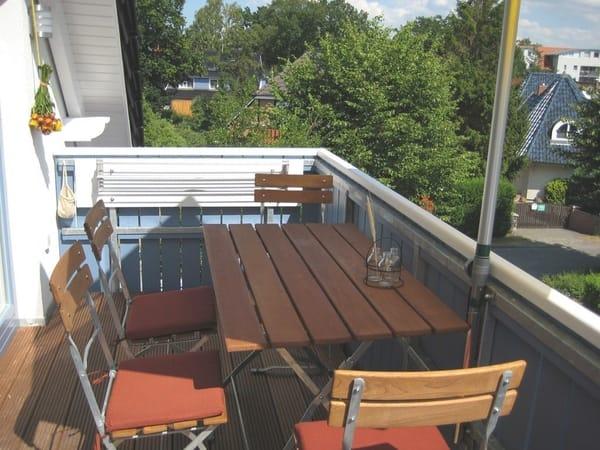 Der große Südbalkon mit Sonnenschirm lädt zum Sonnenbad ein!
