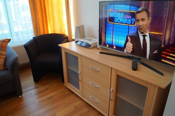 Moderner Flachbild-TV im Wohnzimmer