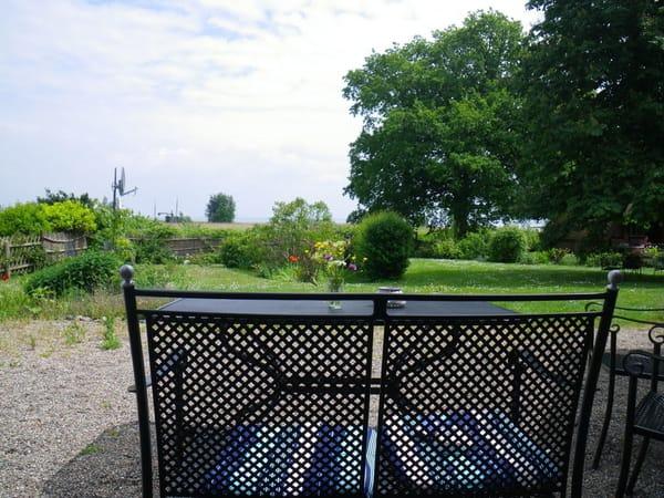 Töpperhus Blick von der Terasse in den Garten