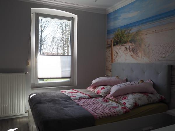 Wohn/Schlafzimmer mit 55 Zollfernseher und Blick auf Kirche und Park