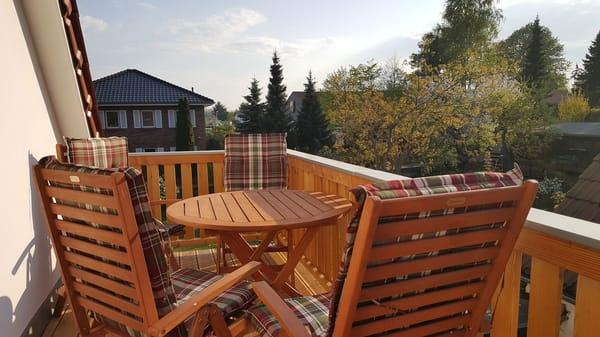 großer Balkon mit bequemen Sitzmöbeln, Grill