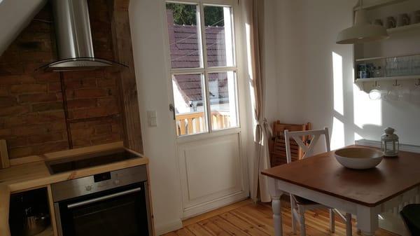 Küche mit Ausgang zum Balkon