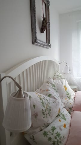 Schlafzimmer mit großem Doppelbett, TV