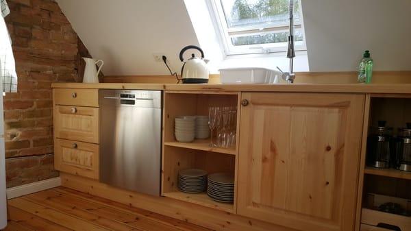getischlerte Holz-Küche mit großem Kühl-Gefrier-Schrank, Geschirrspüler, Ceranfeld, Backofen, Küchengeräten, Esstisch, Balkonzugang