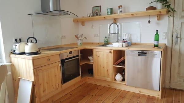 getischlerte Holz-Küche mit Geschirrspüler, Ceranfeld, Backofen, großem Kühl-Gefrier-Schrank und Buffett