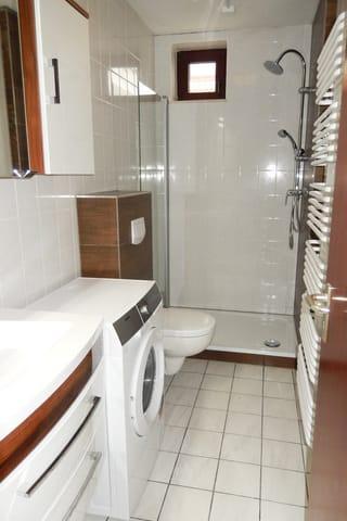 Badezimmer mit Dusche, WC und Waschmaschine