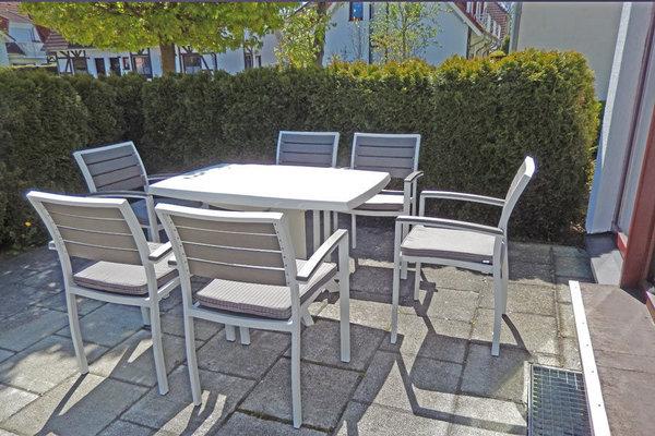 Terrasse mit Tisch und Stühlen für 6 Personen