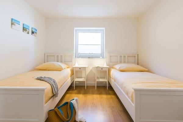 Im zweiten Schlafraum finde Sie zwei komfortable Einzelbetten und genung Stauraum vor.