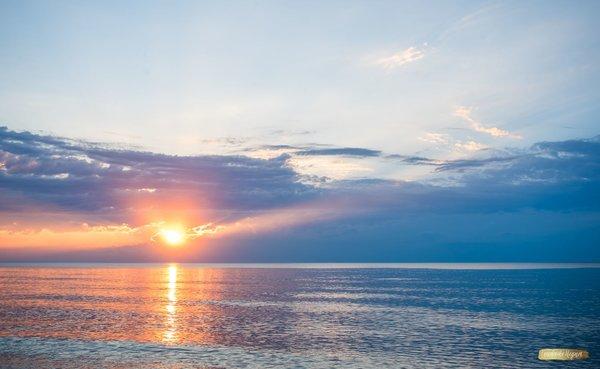 Ein Sommersonnenuntergang an der Ostsee.