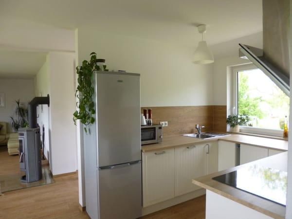 Einbauküche mit Spülmaschine, Backofen, Herd, Kühlschrank, Tiefkühlschrank, Mikrowelle und allem Zübehör