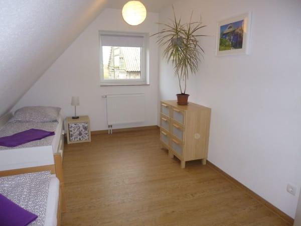 Schlafzimmer mit 2 Einzelbetten (ein Bett kann zum Doppelbett ausgezogen werden)