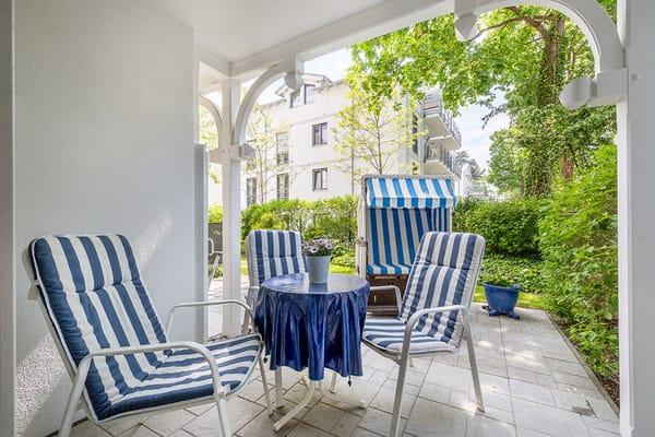Herzlich willkommen im Sommerurlaub! Die Terrasse ist nach Südwesten ausgerichtet und ist mit Gartenmöbeln und Strandkorb für Sie möbliert.