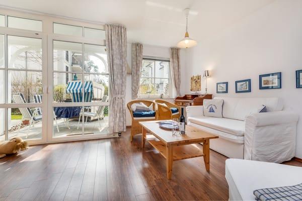 Die schöne helle Ferienwohnung ist mit maritimem Flair eingerichtet. Für den Fall, daß Sie getrennt schlafen möchten, kann auf der Couch aufgebetttet werden.