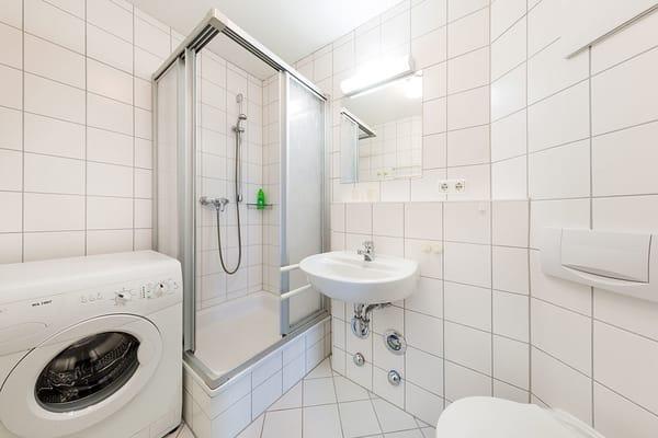 Das Bad bietet Ihnen Dusche und WC. Achtung: Es gibt keine Waschmaschine mehr. Wir werden in Kürze ein neues Foto ohne Waschmaschine einstellen.