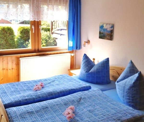 Doppelbett mit Ausblick auf Terrasse