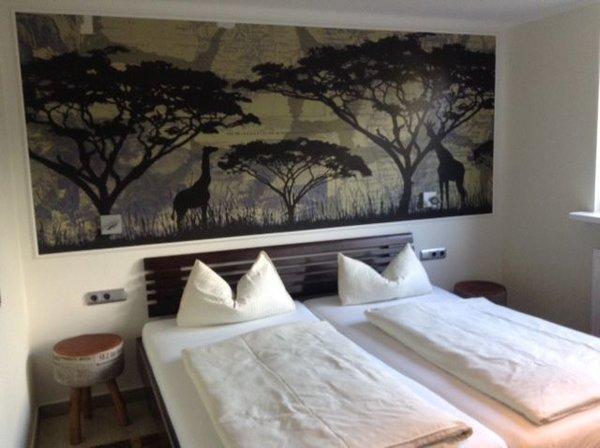 Schlafzimmer mit Doppelbett und TV
