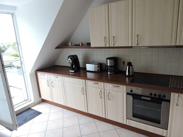 Küche mit Zutritt zum Balkon