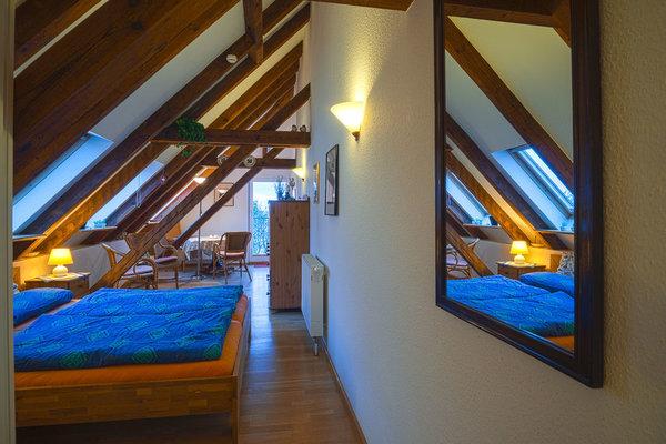 Blick in den Raum mit Doppelbett