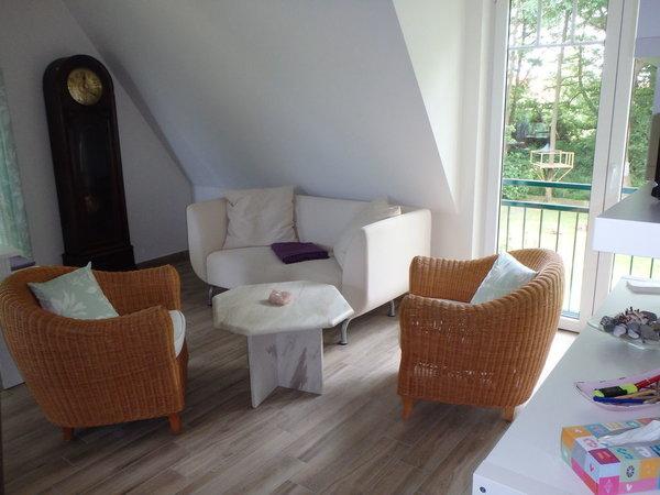 Wohnzimmer/ gemütliche Sitzecke mit Blick in den Garten
