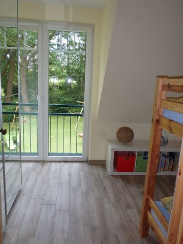 Schlaf-/Kinderzimmer mit Blick in den Garten