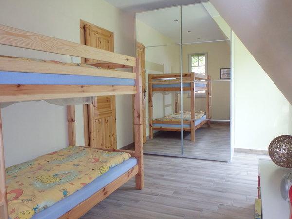 Schlaf-/Kinderzimmer mit Etagenbett und großem Schrank