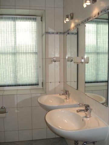 Bad mit Dusche und 2 Waschbecken