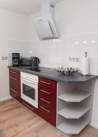 Küchenzeile (mit Backofen, Cerankochfeld, Dunstabzugshaube, Toaster, Wasserkocher, Kaffeemaschine..)