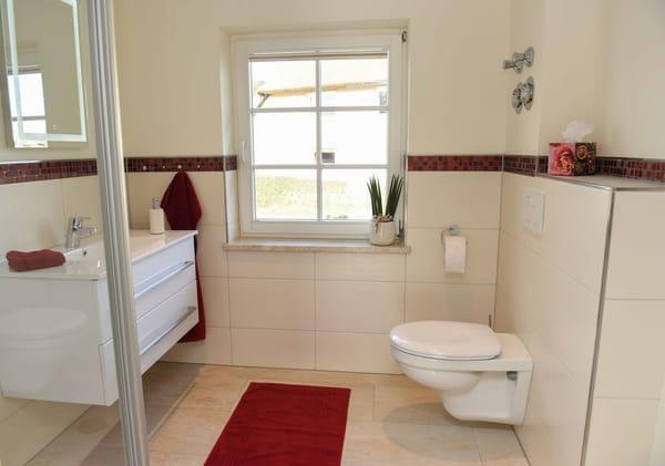 Bad mit Dusche, WC, Waschbecken & Touch-Spiegel