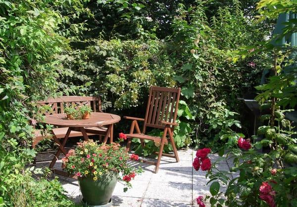 Sitzecke im Garten mit Grillmöglichkeit