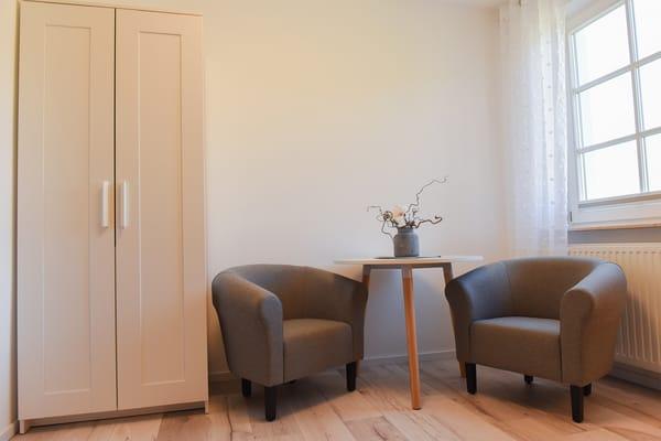Sitzbereich & Kleiderschrank