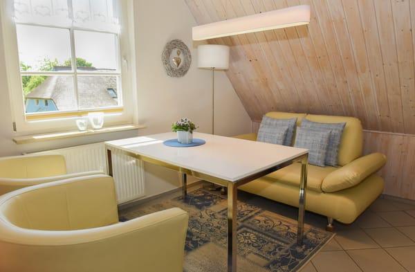 Wohn- und Essbereich mit Couch und 2 Sesseln