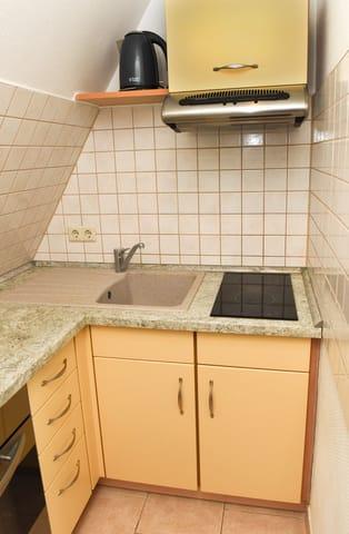 Küchenzeile (mit Cerankochfeld, Dunstabzugshaube, Spüle, Wasserkocher...)