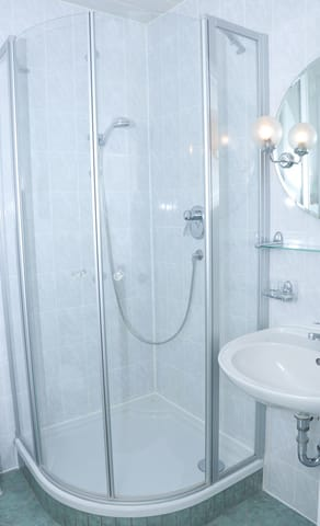Dusche, Waschbecken mit Spiegel