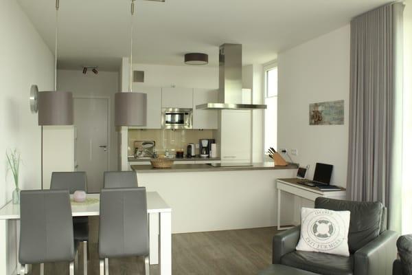 Einbauküche mit Esstisch für 4 Personen