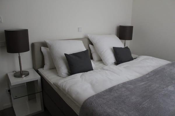 2. Schlafzimmer mit Boxspringbett 180 x 200
