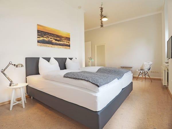 ... und Flat-TV komplettieren den Urlaubskomfort. Eine Aufbettung für ein Kleinkind bis 3 Jahre im Babyreisebett ist in zwei Schlafzimmern möglich.