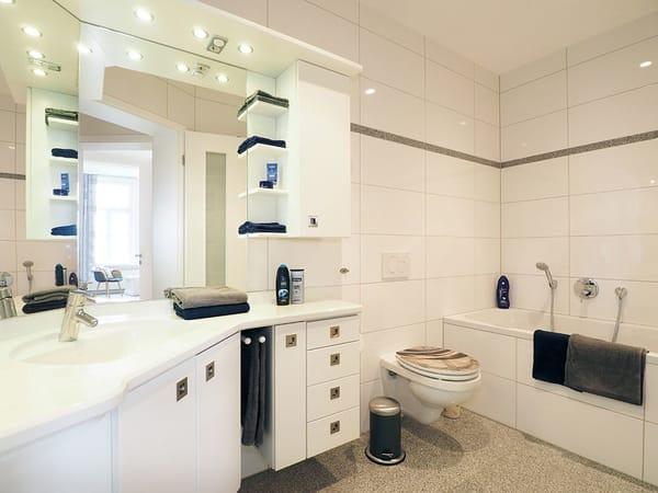 ... einem Duschbad mit WC und Bidet.