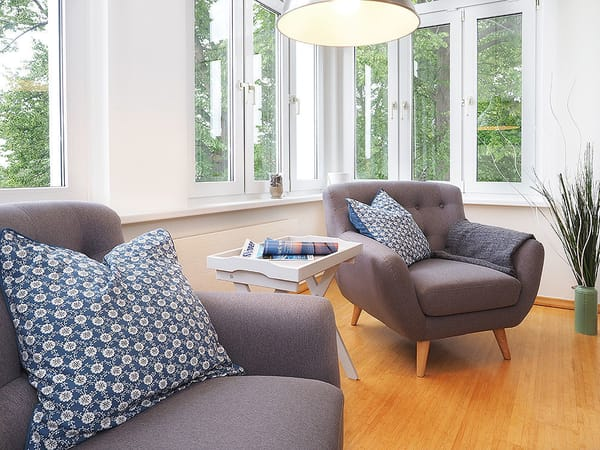 Der großzügige Wohnbereich verfügt über Flat-TV, ...