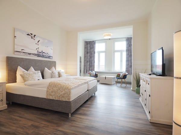Drei Schlafzimmer mit je einem Boxspringbett (2x 180x200cm bzw. 1x 200x200cm), ...