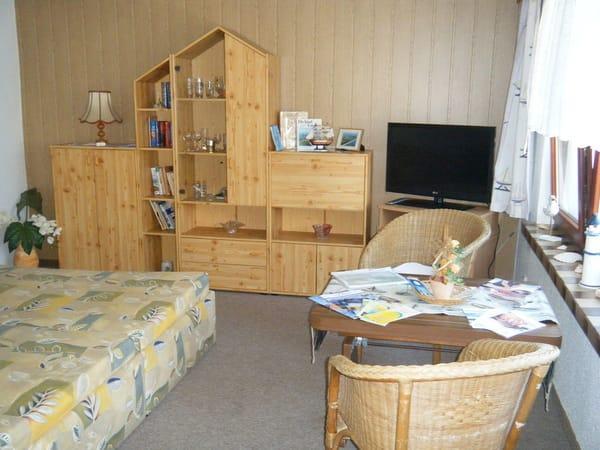 Wohnraum mit französischem Doppelbett