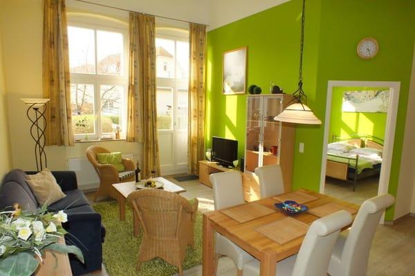 Der helle Wohnraum lädt zum Entspannen ein.