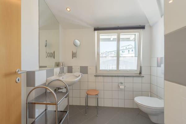 Das  Badezimmer ist mit Dusche und WC ausgestattet .   Ein Stellplatz vor dem Haus ist selbstverständlich kostenlos.