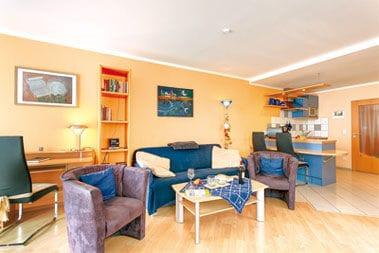 Wohnbereich, offene Küche - komplett eingerichtet