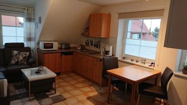 WohnenKüchenzeile und Esstisch