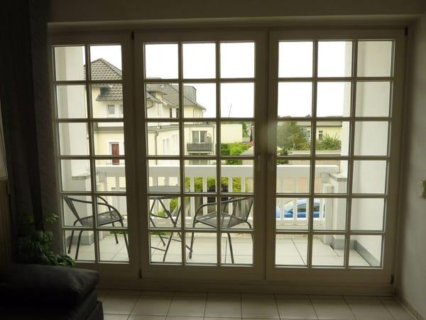 Das große Fenster im Wohn-/Schlafbereich mit dem dahinterliegenden Balkon