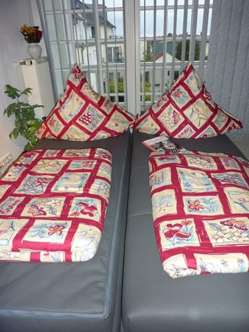 Die ausgezogene Schlafcouch mit hochwertigem Federkern, Liegefläche: 2x80x200cm, lässt sich trennen